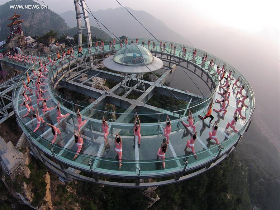Praticantes de Yoga treinam no maior mirante de vidro do mundo