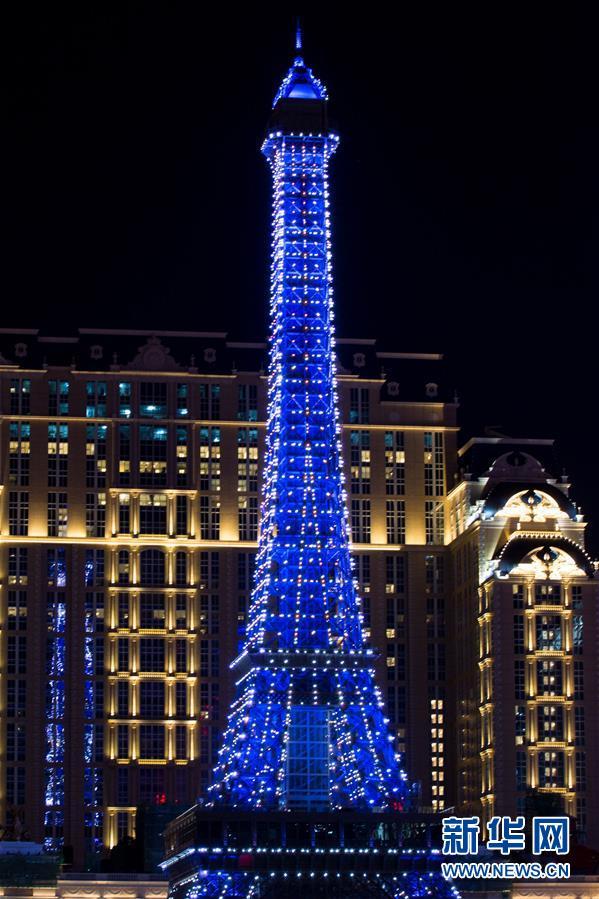 Torre Eiffel de miniatura em Macau apresenta show de luzes para atrair turistas