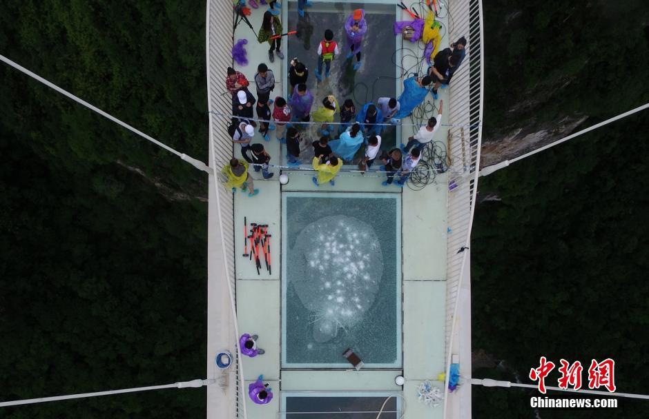 Ponte de vidro mais comprida e alta no mundo recebe teste de segurança