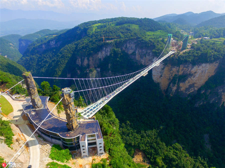 China inaugura ponte de vidro mais longa e alta do mundo