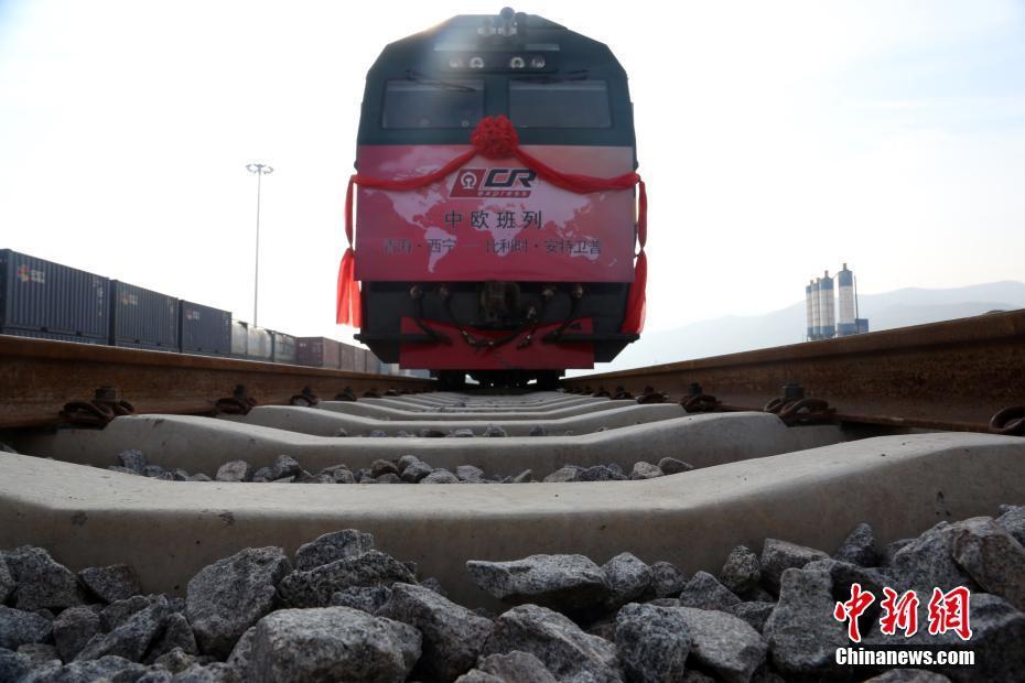 Primeiro trem China-Europa a atravessar o planalto Qinghai-Tibete entra em operação