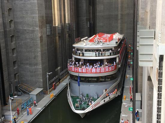 Maior elevador de navios do mundo inicia operação na Represa das Três Gargantas da China