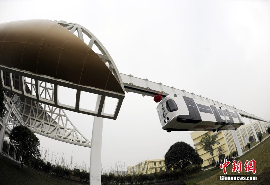 Primeiro trem suspenso da China faz viagem inaugural