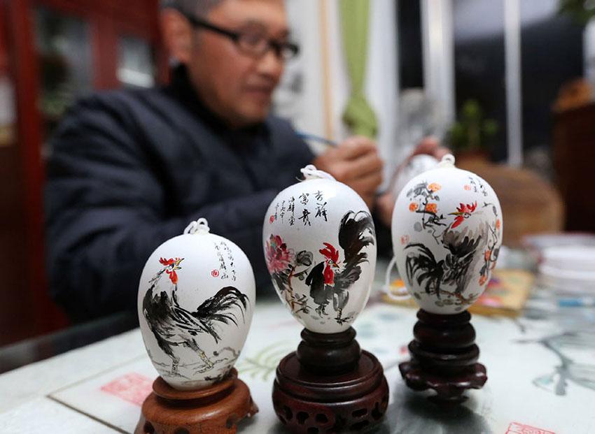 Artesão de Jiangsu cria pinturas em ovo para celebrar chegada do Ano do Galo