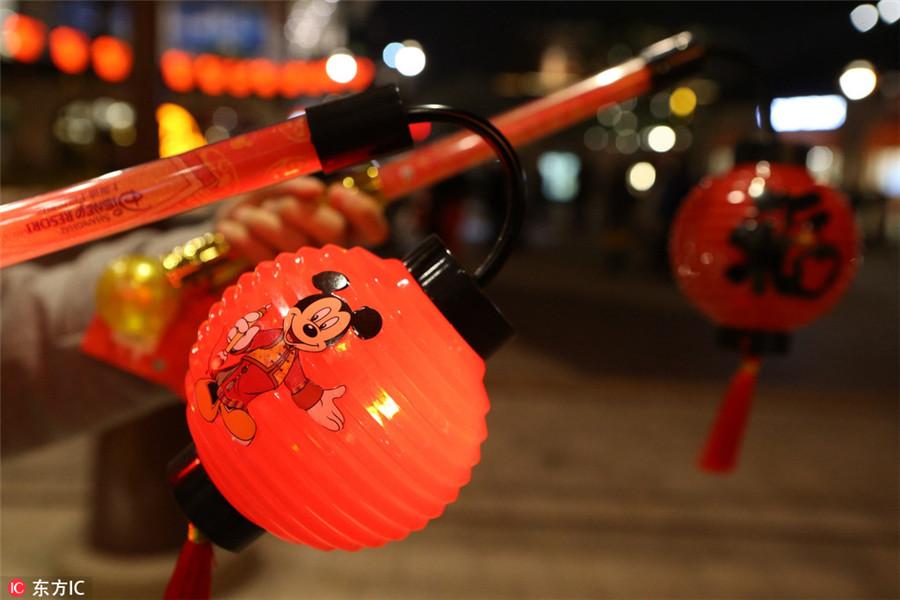 Mickey e Minnie aderem ao espírito do Festival da Primavera em Shanghai