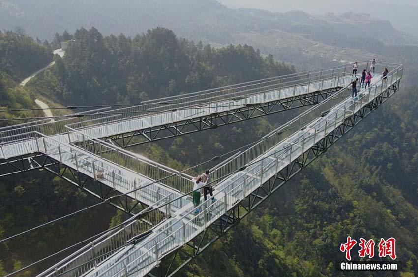 Nova ponte de vidro é inaugurada na China