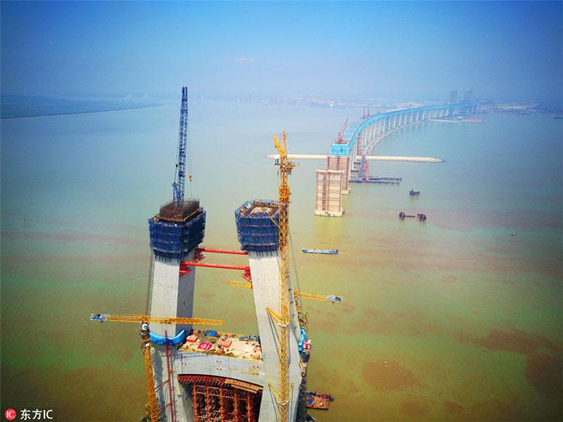 Panorama aéreo da construção da Ponte Hutong sobre o Rio Yangtzé