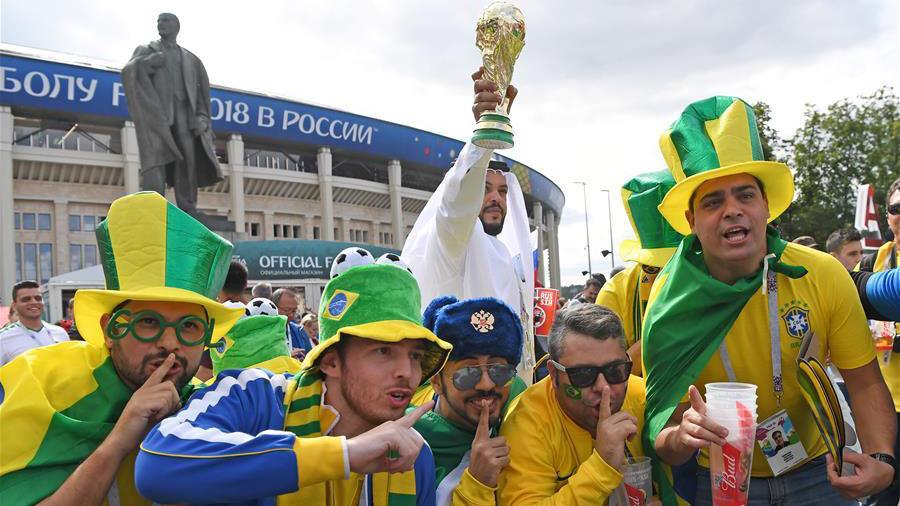 Brasileiros gastam cinco bilhões de dólares em produtos da Copa do MundoOs cidadãos brasileiros devem gastar mais de 20,3 bilhões de reais (5,47 bilhões de dólares) em produtos e serviços relacionados à Copa do Mundo.