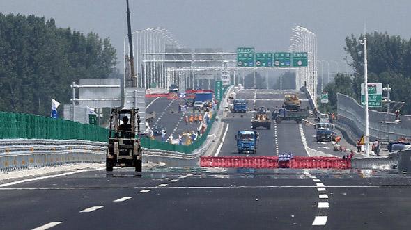 """Beijing abre sétima rodovia anelar ao tráfego este mêsA """"Autoestrada Circular da Capital"""", uma rodovia circular de 1000km que se estende ao largo da capital chinesa, irá ligar Beijing com as cidades vizinhas a partir deste mês."""